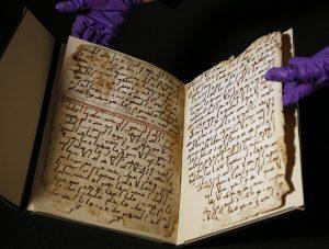 Fragments d'un vieux Coran à l'Université de Birmingham. Il est l'un des plus anciens connus et a peut-être été écrit à l'époque du prophète Muhammad. Des tests au radiocarbone datent le parchemin à l'époque du prophète (AP Photo / Frank Augstein)